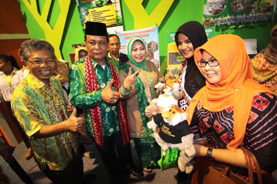 Gubernur Kalimantan Selatan, H. Sahbirin beserta Ibu, saat meninjau stand Kehutanan Kalsel didampingi Ir. H. Untung Lusianto, selaku Ketua Panitia Pelaksana Pameran Kehutanan, dan Duta Bekantan.