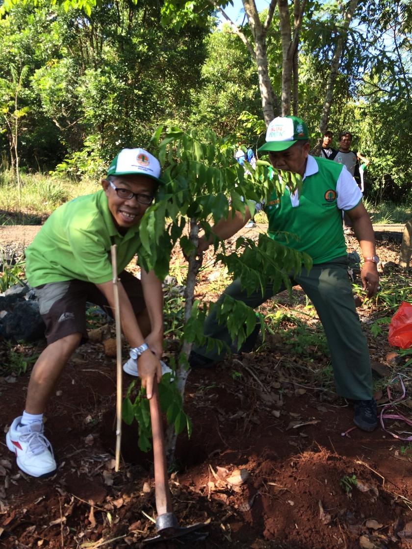 Ir. Untung Lusianto, MSi, Kabalai BPDASHL Barito saat menanam bibit pohon