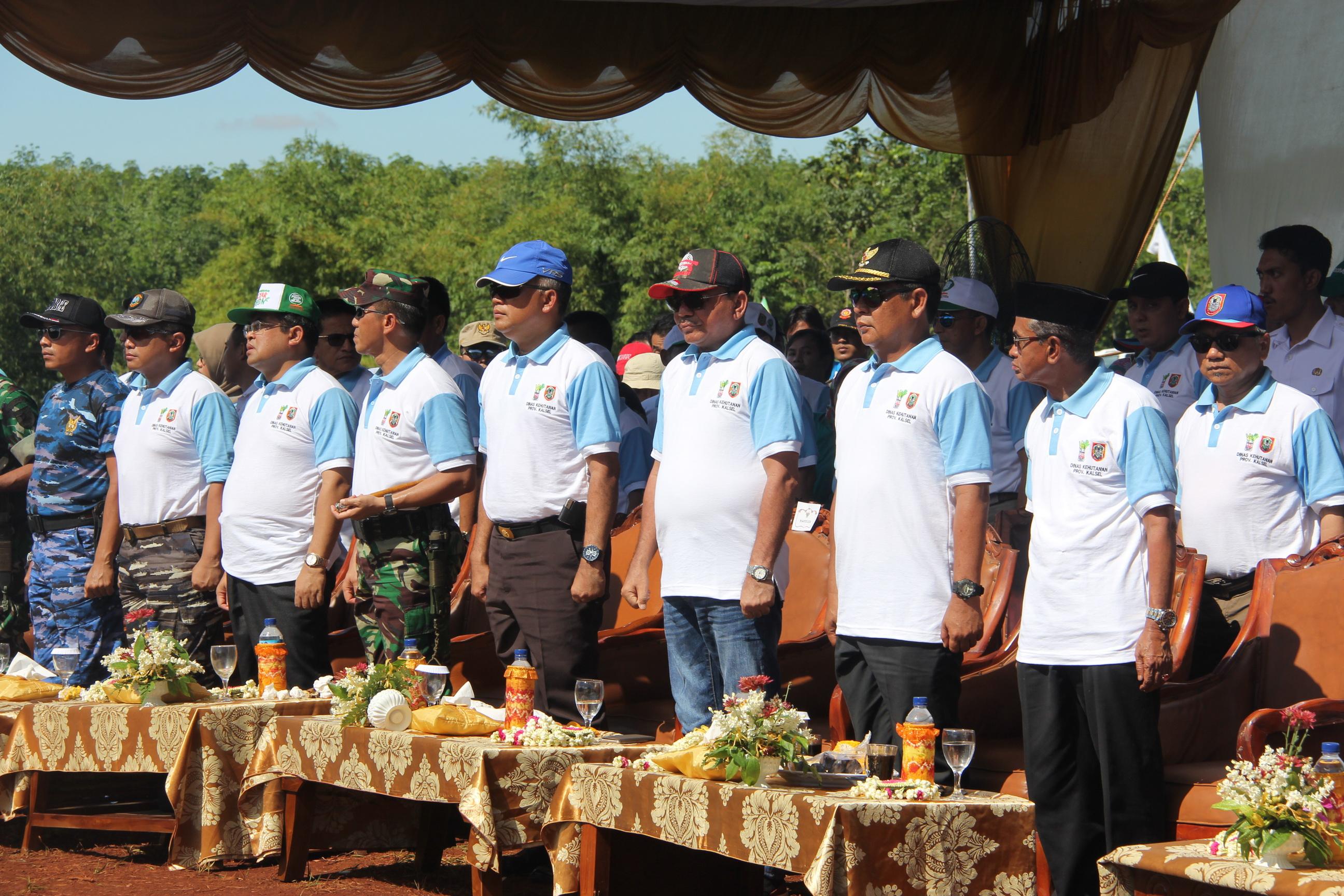 Gubernur Provinsi Kalimantan Selatan - H. Sahbirin Noor, S.Sos, M.H didampingi para bupati dan pejabat teras Provinsi Kalimantan Selatan