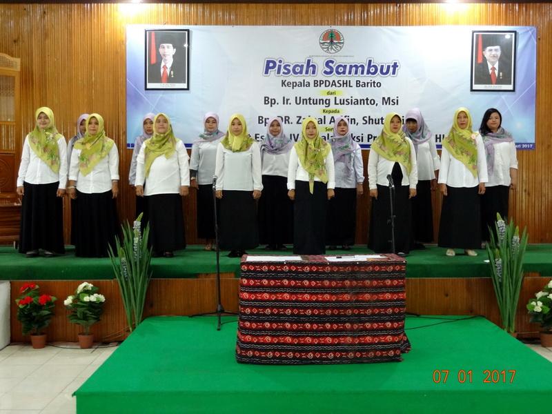 Paduan Suara UPT KemenLHK lingkup Korwil Kalimantan Selatan saat perform menyanyikan lagu Pohon Cintaku, gubahan Dr. Siti Nurbaya dan Dr. Hilman Nugroho