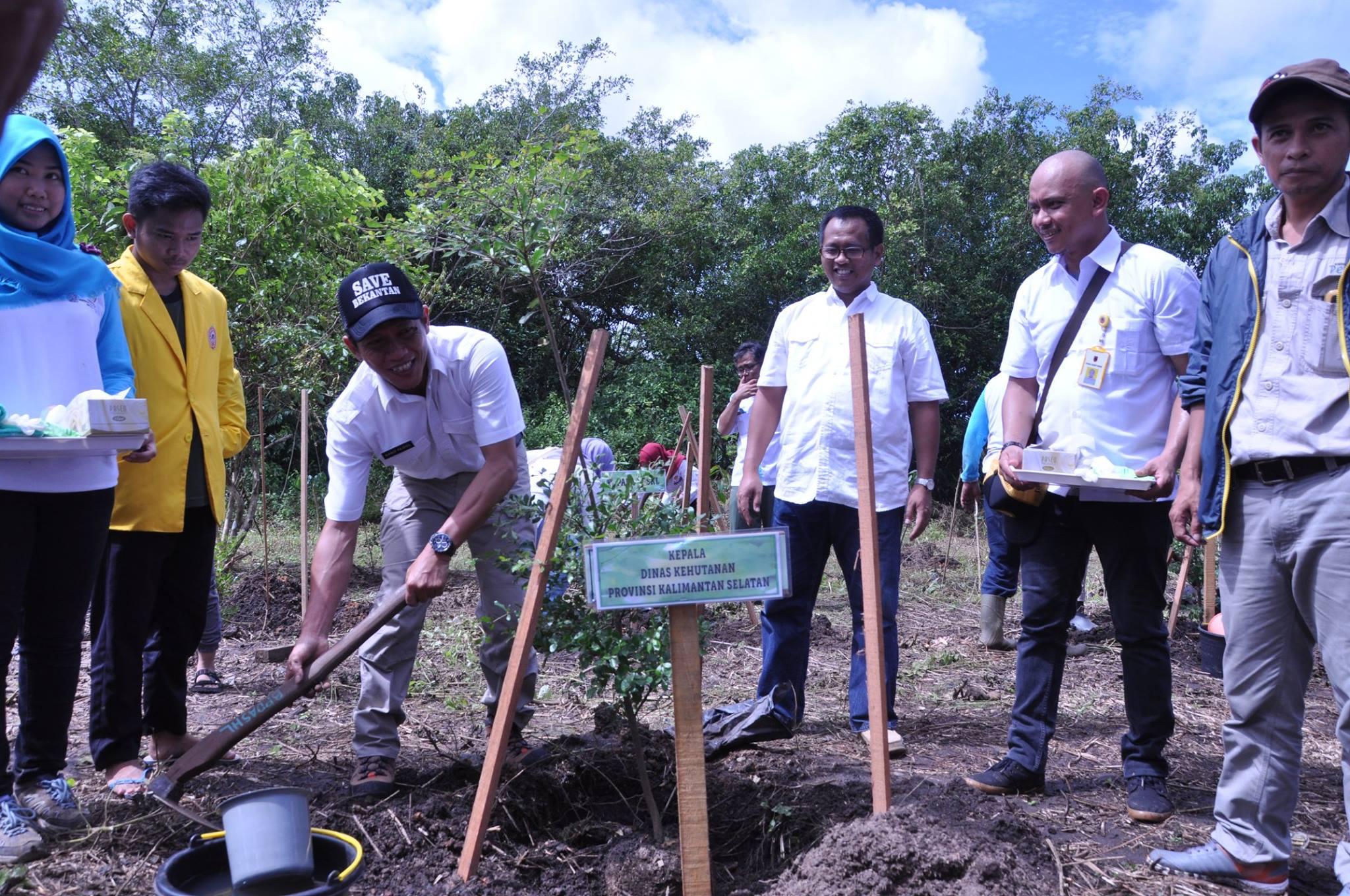 Penanaman pohon oleh Kadishutprop Kalimantan Selatan, Dr. Hanif Faisol Nurofiq, S.Hut, MP