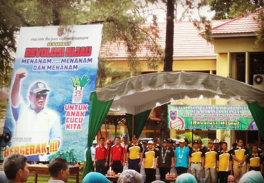 """Pencanangan Gerakan Penanaman Pohon """"Revolusi Hijau, Menanam dan Menanam Untuk Anak Cucu Kita"""" oleh Gubernur Kalimantan Selatan, H. Sahbirin Noor."""