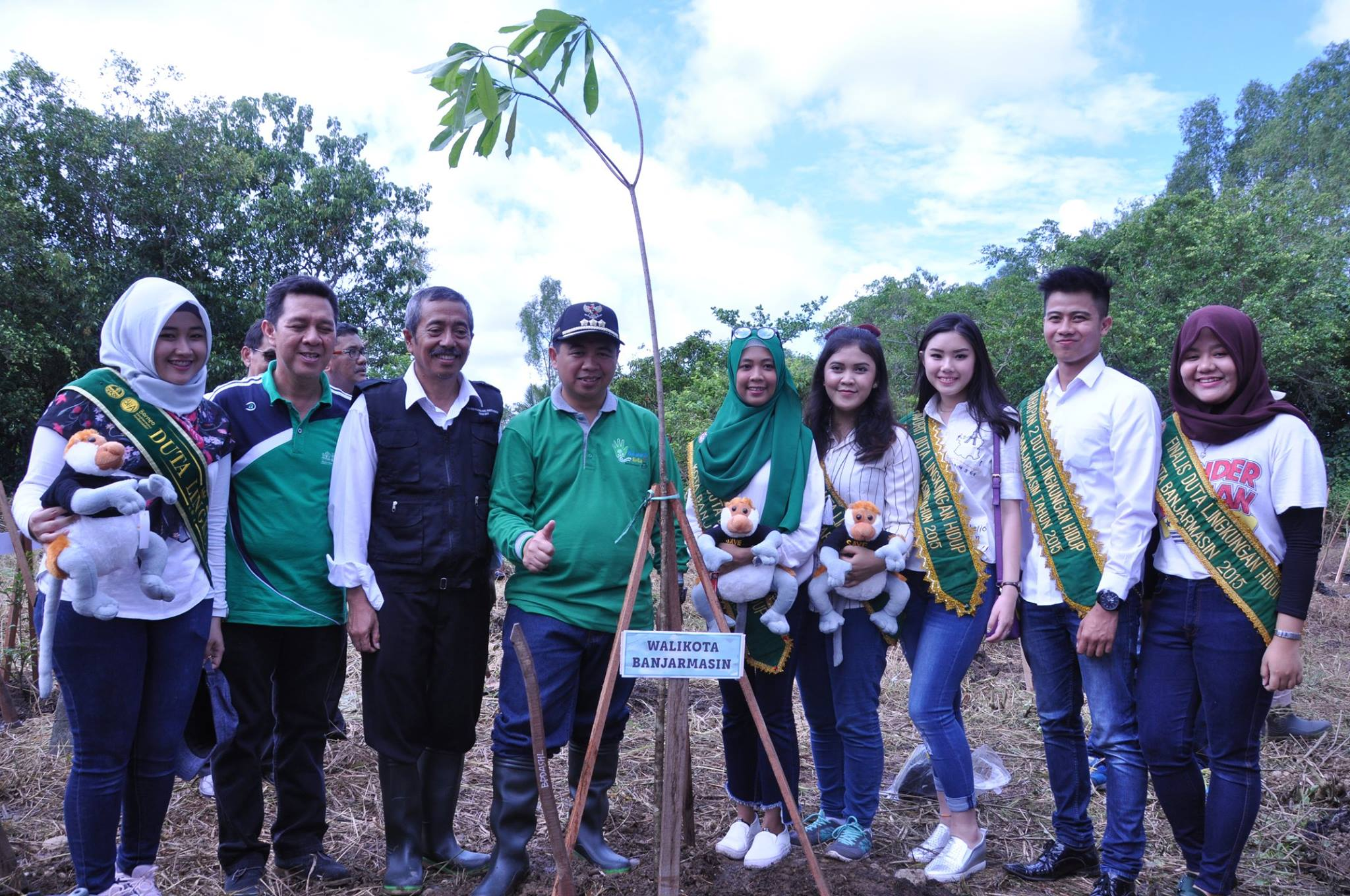 Para Duta Lingkungan Kota Banjarmasin berfoto bersama Walikota Banjarmasin, H. Ibnu Sina selepas penanaman pohon di Pulau Bakut