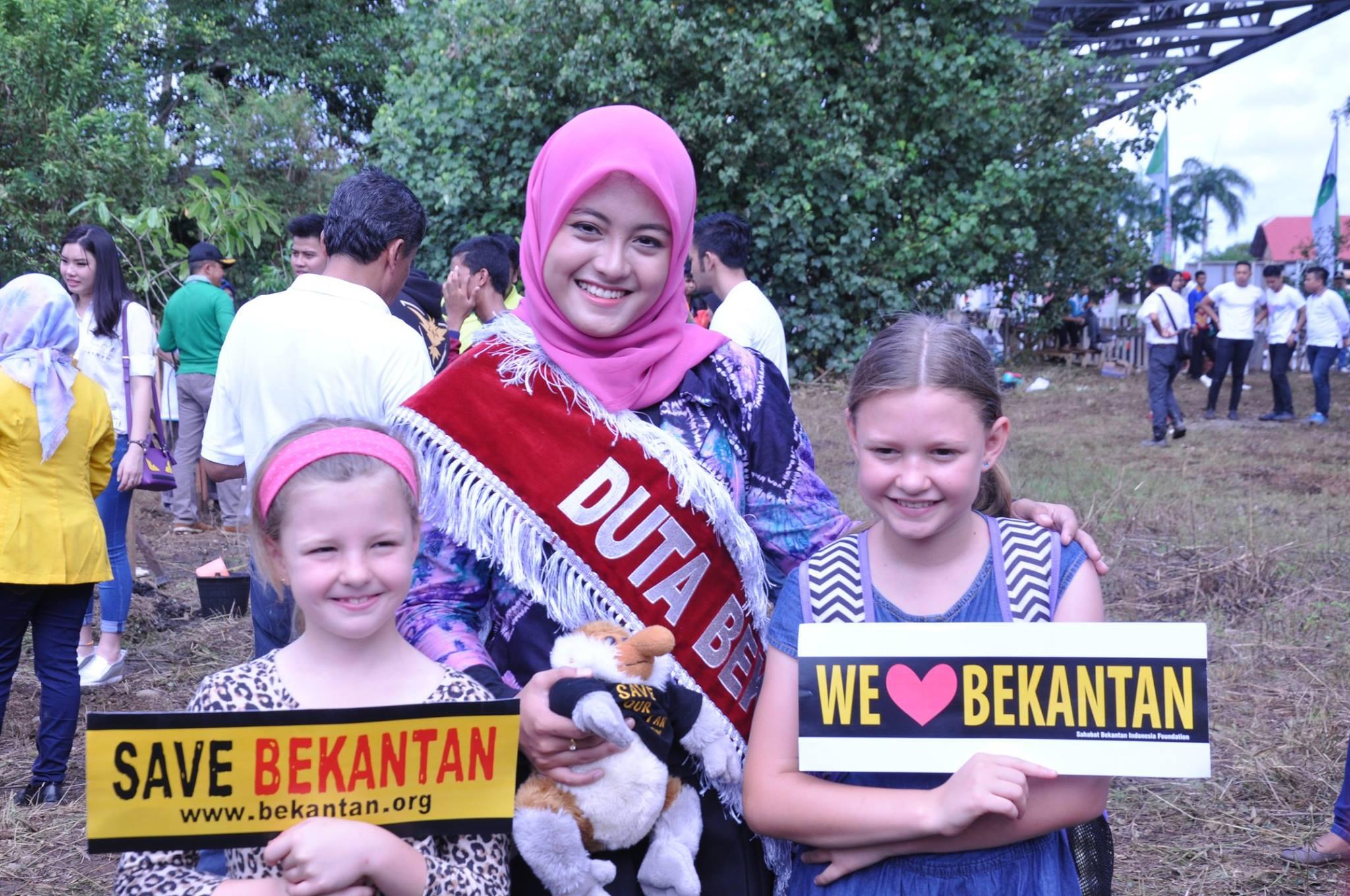 Salahsatu Duta Bekantan (Putri) berfoto bersama anak-anak pemerhati bekantan