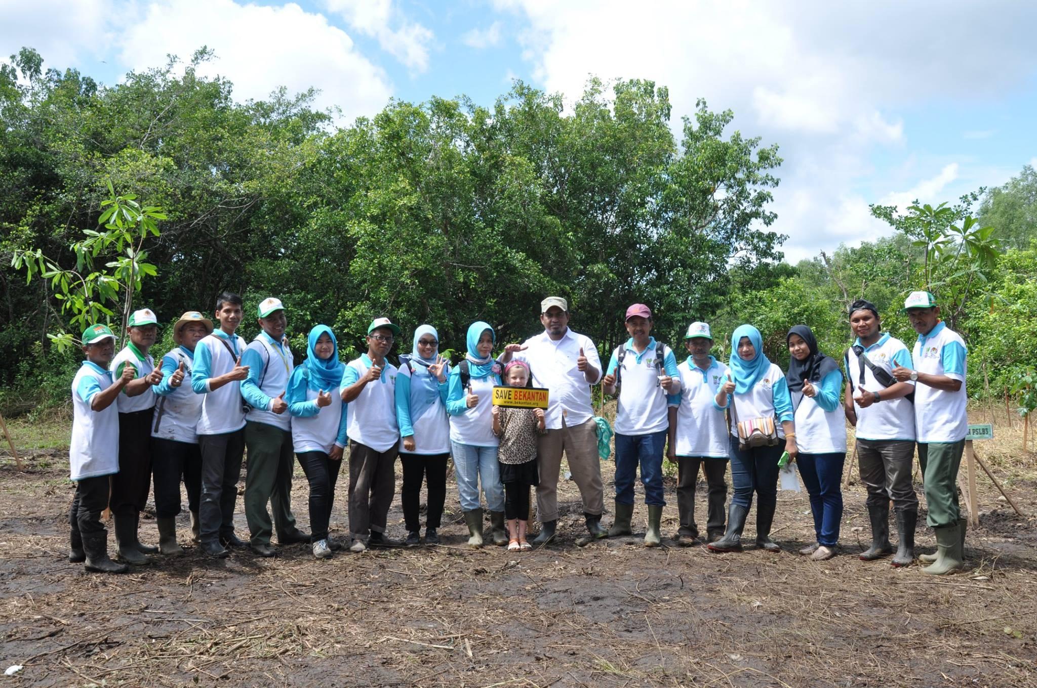 Tim Penanaman Pohon di Pulau Bakut bersama Kepala BPDASHL Barito