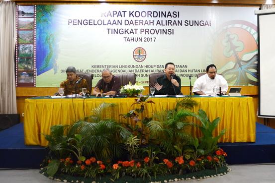 Para pemakalah Rakor DAS HL (ki-ka) : Giri Suryanta, SSi, MSc (moderator), Dr. Ir. Mintardjo, MMA (Direktur PTH), Ir. Joko Siswanto (Kasubdit Dit KPHL) dan Dr. M. Zainal Arifin, SHut, MP (Kepala BPDASHL Barito)