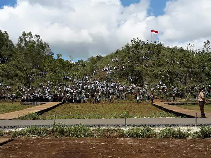 Lokasi penanaman pohon secara simbolis oleh Presiden Joko Widodo beserta jajaran pejabat negara sekaligus mengawali penanaman serentak oleh 3.000 masyarakat dengan 45.000 batang bibit pohon di lima bukit sekitar dengan jenis tanaman jati, akasia, jambu biji, jambu dersono, dan sebagainya